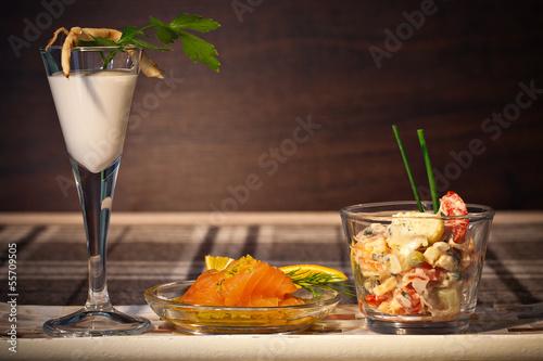 La pose en embrasure Entree Vorspeisen-Buffet, Kartoffelsalat, Graved Lachs, Selleriesuppe