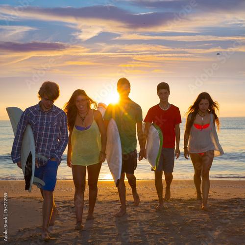 Foto-Vorhang - Surfers boys and girls group walking on beach (von lunamarina)