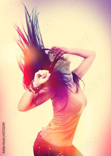 dzika-dziewczyna-taniec-w-efekcie-swiatla-dyskoteka-disco-03