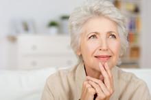 Nachdenkliche Seniorin Zu Hause