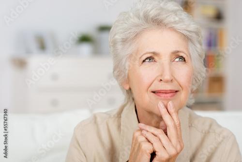 Photo nachdenkliche seniorin zu hause