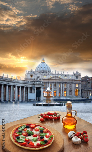 Photo  Basilica on St. Peter square with pizza in Vatican, Rome