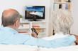 canvas print picture - zwei senioren schauen fernsehen