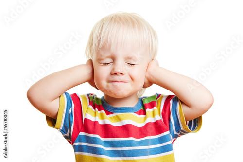 Fotografía  Kleines Kind hält sich die Ohren zu