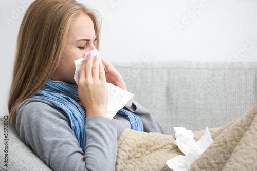 Fotografia sneezing woman