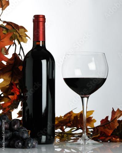 ciemne-wino-z-kieliszkiem-i-winogronem