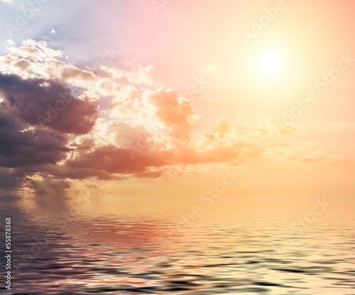 zmierzch-z-chmurami-odbijajacymi-w-wodzie
