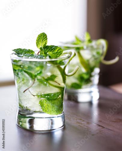 Fotografía  cocktail - two cold mojitos