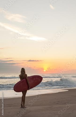 Foto-Flächenvorhang ohne Schienensystem - Woman Surfer Girl In Bikini Surfboard Sunset Beach (von spotmatikphoto)