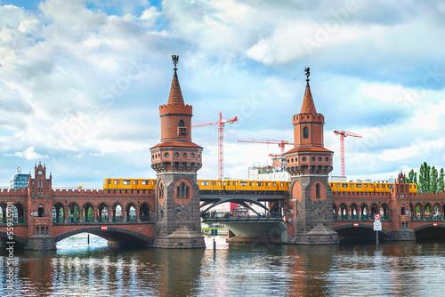 Fotobehang Berlijn Oberbaum bridge, train and river Spree in Berlin, Germany