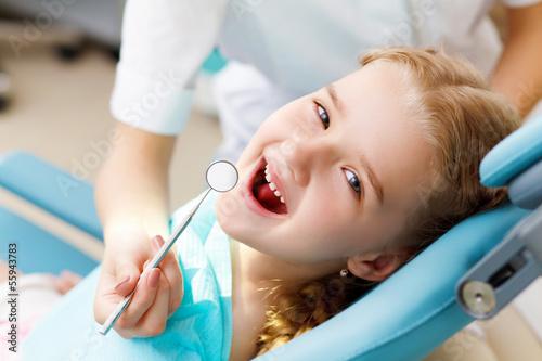 obraz PCV Dziewczynka odwiedzając stomatologa