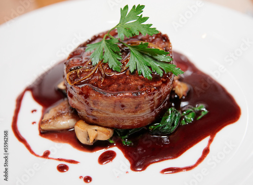 Papiers peints Steakhouse Tenderloin steak wrapped in bacon with red sauce