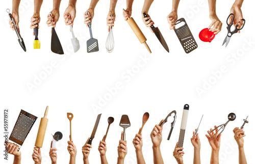 Fotografie, Obraz  Viele Hände halten verschiedene Küchenwerkzeuge