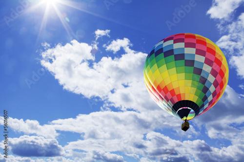 Naklejka na szafę Kolorowy balon na tle pięknego nieba