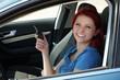 lachende rothaarige Frau im Auto