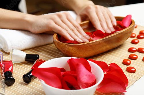 Plissee mit Motiv - Woman is getting manicure