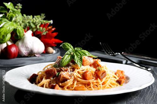 Vászonkép pasta italiana spaghetti con verdure sfondo nero