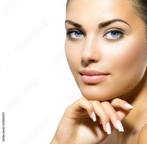 twarz-mlodej-kobiety-z-czysta-swieza-skora-ochrona-skory