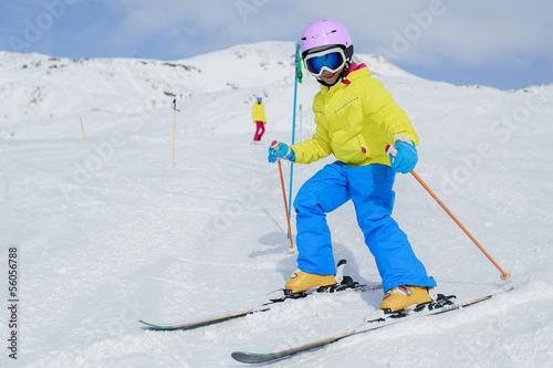 Foto-Schmutzfangmatte - Skiing, skiers on ski run - child skiing downhill (von Gorilla)