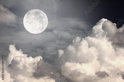 nocne niebo z księżycem i chmurami