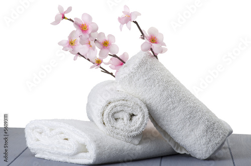 Foto-Stoff - white towels with peach flowers on table