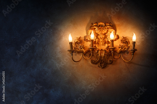 Fotografía Antique vintage victorian candlestick lamp on wall