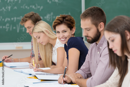 Canvas Print glückliche studentin im unterricht