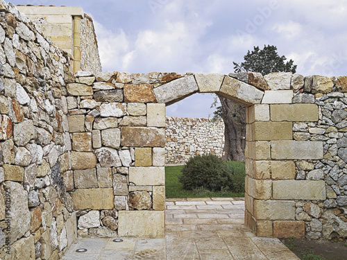 Fotografia, Obraz  portale in pietra con chiave di volta e muro di pietra
