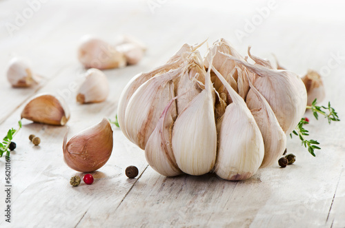 Photo Garlic on a wooden table