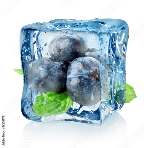 Poster Dans la glace Ice cube and blueberry