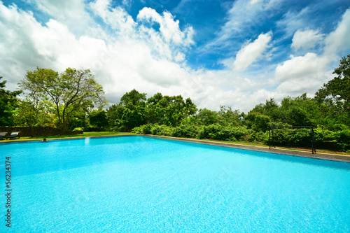 Poster Zeilen Infinity swimming pool in beautiful landscape