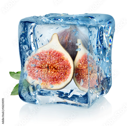 Staande foto In het ijs Sliced figs in ice cube