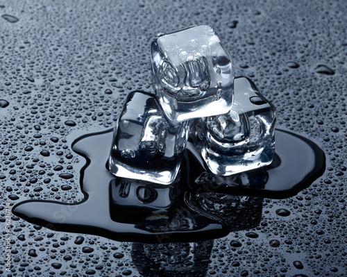 Photo  Ice cubes over dark background