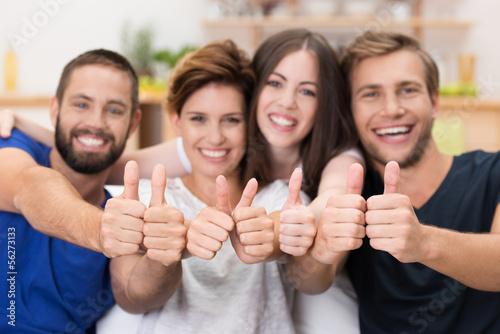 vier freunde lachen und zeigen daumen hoch Poster