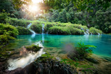 Kaskada park narodowy w Gwatemala Semuc Champey przy zmierzchem - 56308736