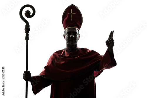 Photo man cardinal bishop silhouette saluting blessing