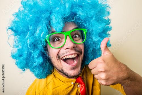 Fou jeune homme drôle perruque bleu Tableau sur Toile