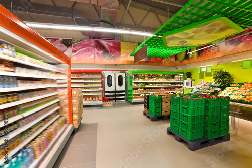 Cuadros en Lienzo shelves with products in the supermarket