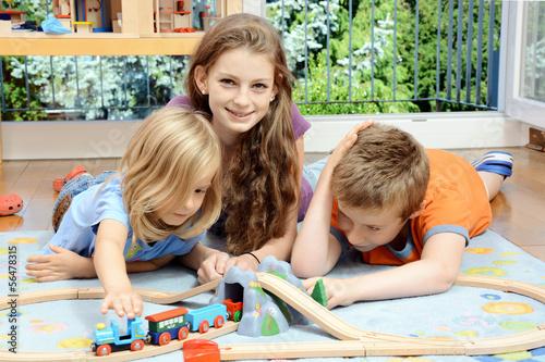 Cuadros en Lienzo Babysitter im Spiel mit Kindern