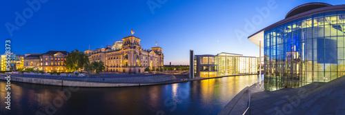 Montage in der Fensternische Berlin Reichstag, River Spree, Berlin