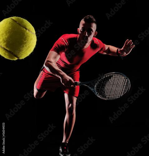Tenista sujetando una raqueta de tenis. - 56544513