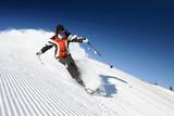 Dziewczyna zjeżdżająca na nartach z góry