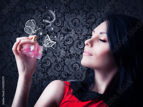 Fotografía  woman with a bottle of perfume