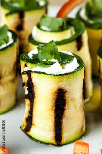 Fotografía  involtini di zucchine e formaggio caprino con rucola