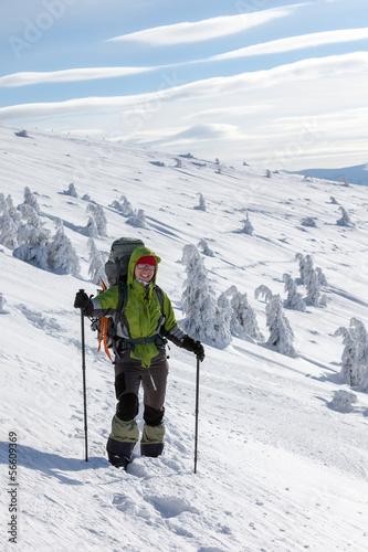 Poster Wintersporten Hiker walking in winter Carpathian mountains