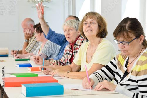 Fotografie, Obraz  Erwachsene im Klassenzimmer