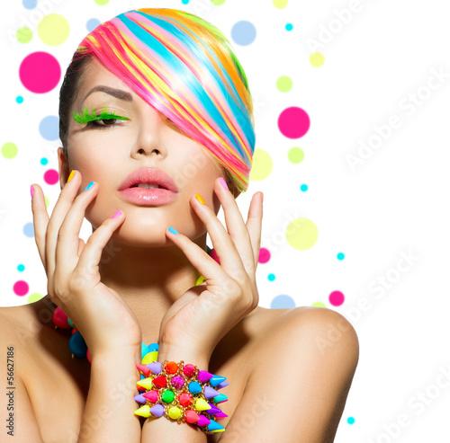 piekna-dziewczyna-portret-kolorowy-makijaz-paznokcie-i-akcesoria