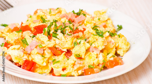 Photo sur Toile Ouf scrambled eggs with ham and vegetables