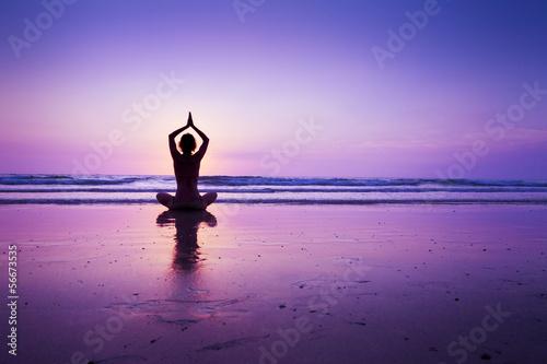 Cadres-photo bureau Ecole de Yoga Woman practicing yoga on the beach