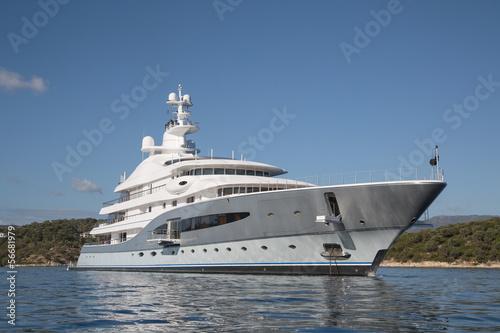 bogactwo-luksusowy-jacht-na-morzu-srodziemnym